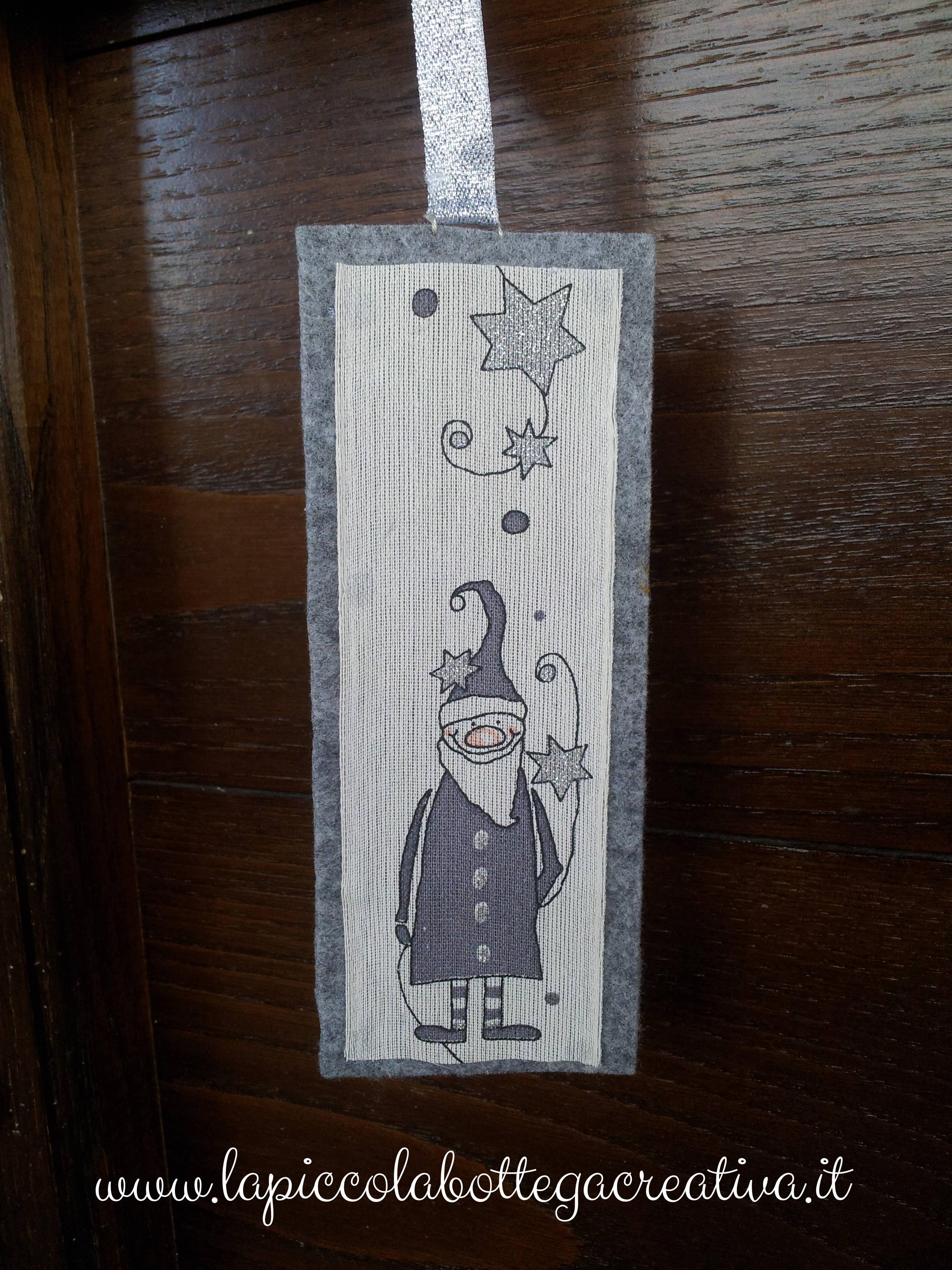 Ghirlanda natalizia bianca e grigia decorata in feltro