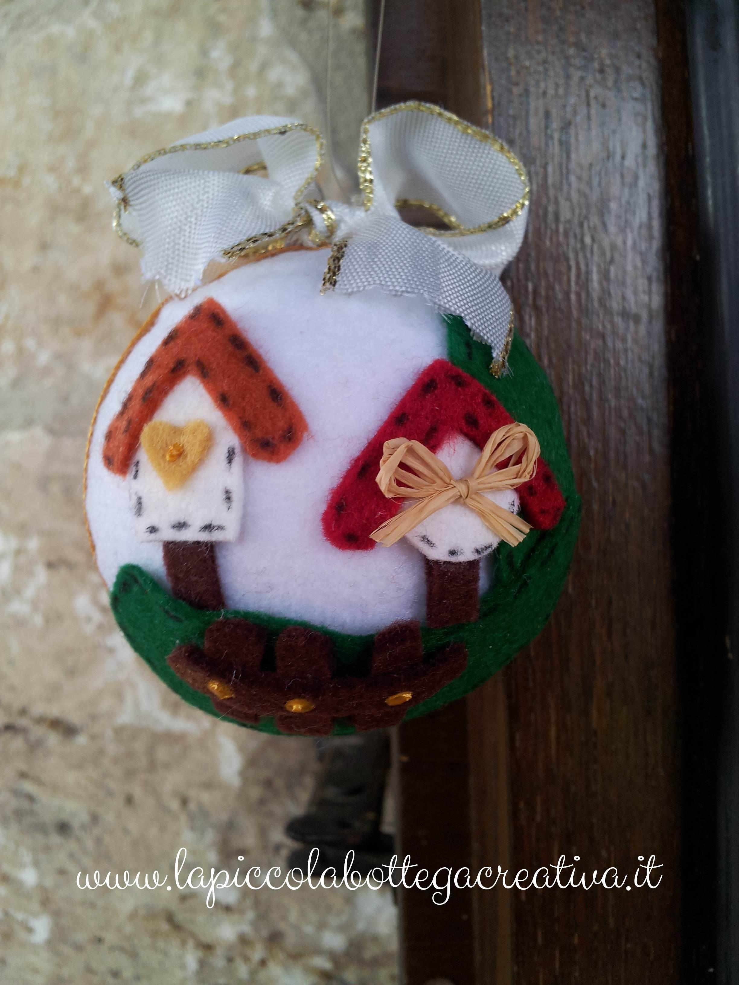Palline natalizie decorate in feltro