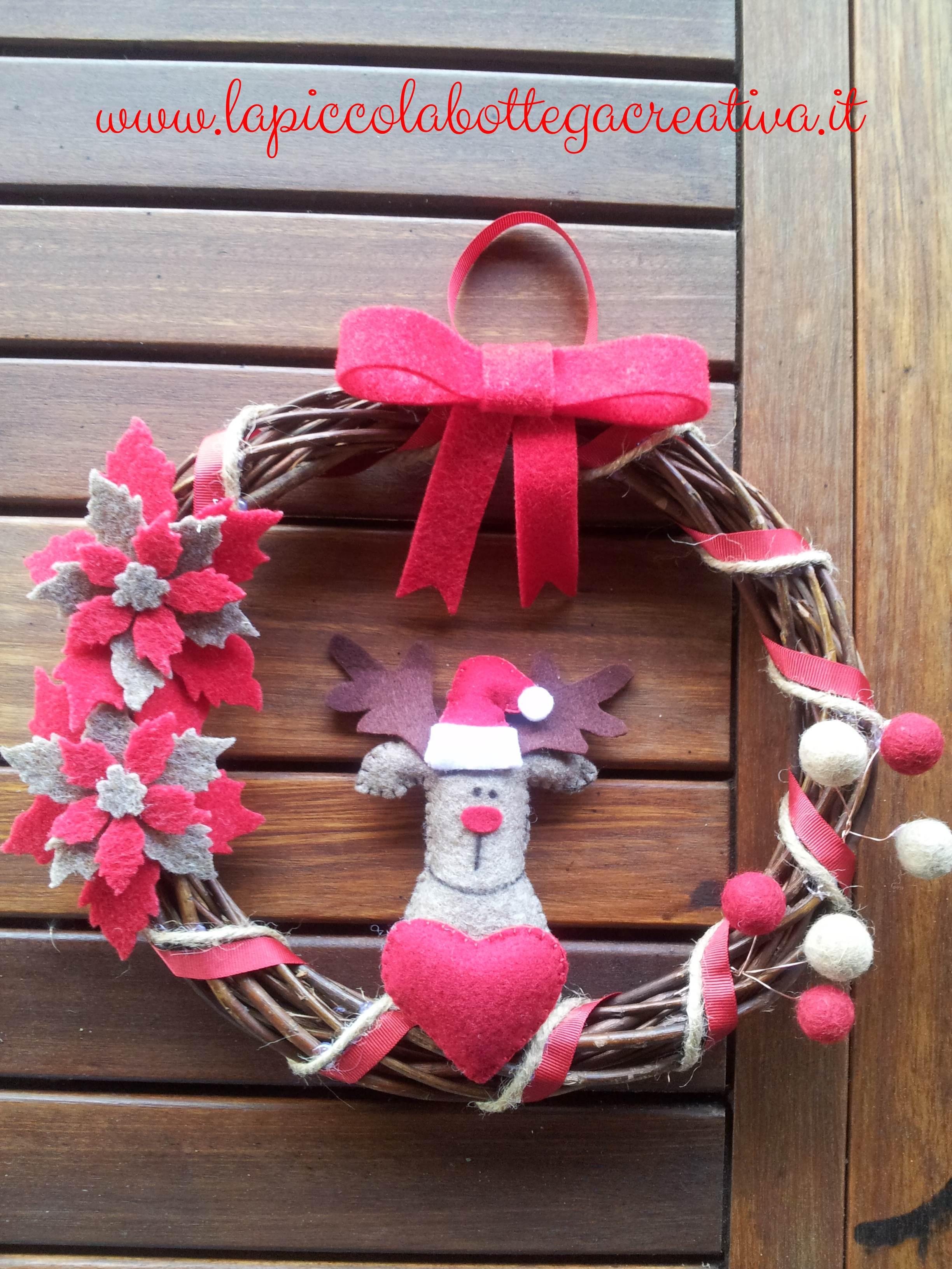 Ghirlanda fuoriporta decorata in feltro con renna